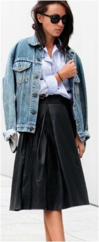 O look ganha informalidade com a jaqueta jeans.