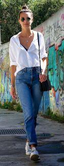 Calça jeans sem camiseta.