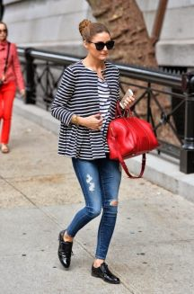 Calça jeans sem tênis e camiseta.